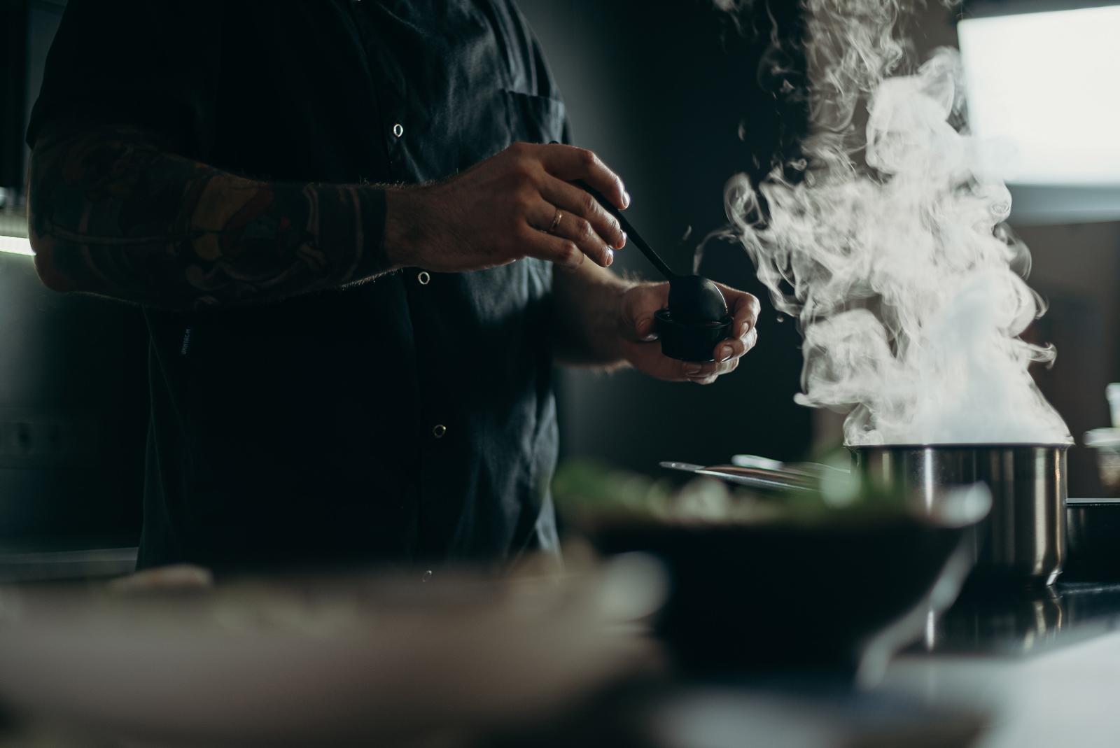 man-cooking-food-3298637